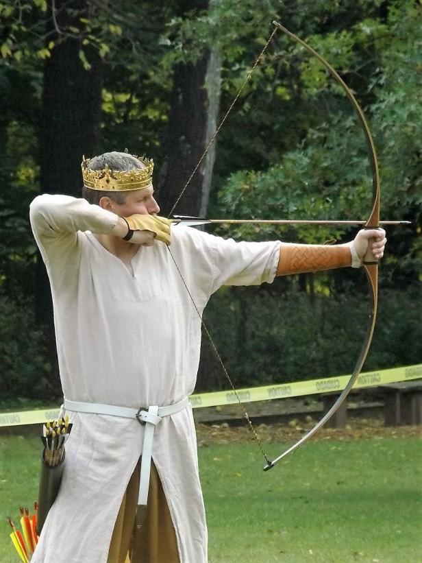 king-edmund-shoots-an-arrow-red-dragon-2016