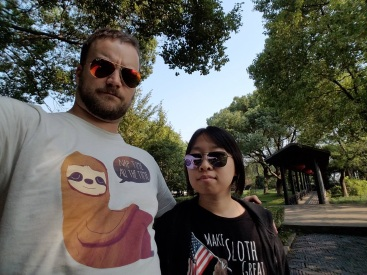 Nick and Summer in their sloth t-shirts, Chengxu Temple