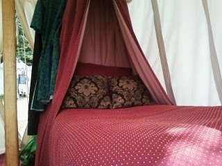 Claude-Wayne Cossin's elegant Pennsic bed complete with tester!